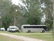 Bus aménagé sur un camping gratuit qui tracte sa remorque avec 4X4 et moto et bateau!!