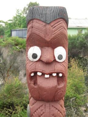 la culture maori: pour intimider l'ennemi on tire la langue et on fait les gros yeux!!