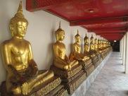 Wat Pho et ses dizaines de buddhas sereinement alignés.