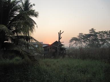 Arrivée matinale. le soleil se lève au milieu de la brume
