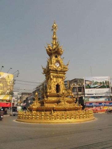 L'horloge de Chiang Rai qui s'illumine et se met en mudique la nuit tombée