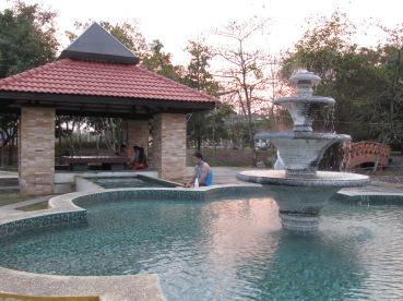 fontaine d'eau bouillante qui dessert plusieurs petits bains