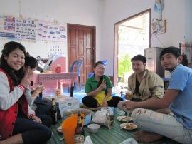 Monika (à gauche) et ses amis
