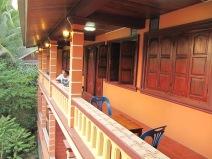 on profite du coucher de soleil depuis le balcon de la guesthouse