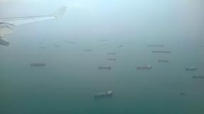 Tes centaines de tanker amarrés à l'entrée du port de Singapour