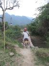 Petit pont en bambou qu'on ne tentera pas de traverser en moto!