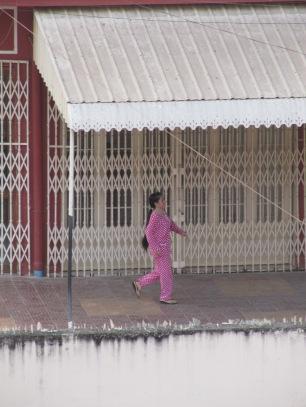 cambodgienne en pyjama, grande mode ici!