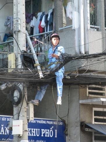 Électricien à Saigon ... ça intéresse quelqu'un?